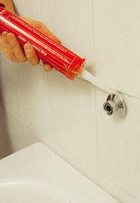 Täta noga med vattenfast silikon runt hela röröppningen innan du drar åt kopplingen