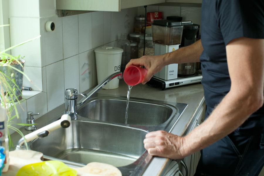 Tar bort vatten från vasken