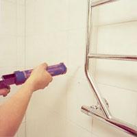 Sätt en sträng vattentät och elastisk silikon på väggen över borrhålen