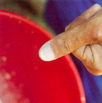 Beskrivning på hur man lägger kalkpastan i en hink innan kalkning
