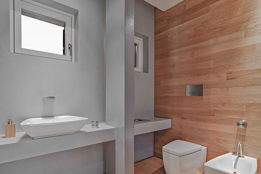Badrumsfönster placerat högre upp på väggen