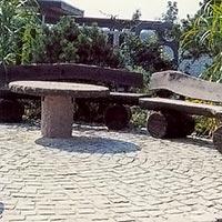 Gatsten kombinerat med trädgårdsmöbler av trä