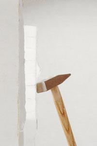 Använd hammaren och knacka försiktigt från baksidan av fönstret.