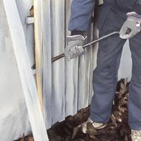 Börja med att riva det gamla fasadmaterialet