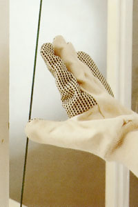 Lägg den nya rutan på plats i fönsterbågen