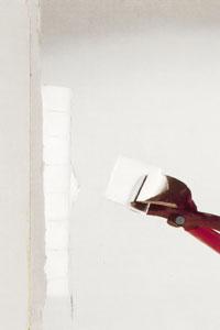 Bänd loss resterande glasbitar med hovtång