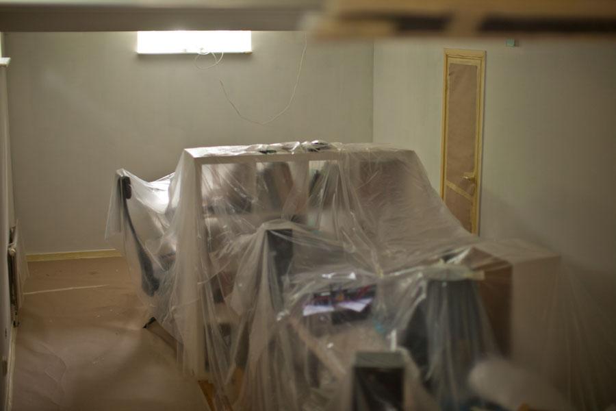 Målningsföljd av rum och täckning av möbler