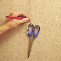 Använd en sax i ett snöre som lod. Markera lodlinjen noga med en blyertspenna