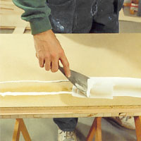 Lägg ut PVA lim i strängar över underlaget