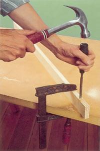 Använd ett litet stämjärn eller huggmejsel och hammare och ta ur för slitsen.