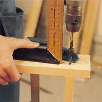 Rikta borrmaskinen efter en vinkelhake så får du helt vinkelräta borrhål.
