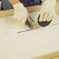 Skär av remsan på blyinfattningen i lämplig längd