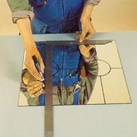 Mönstret på blyinfattningen måste ritas med en spritpenna på glaset