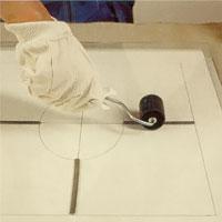 Tryck eller gnid mot remsans ryggås på blyinfattningen
