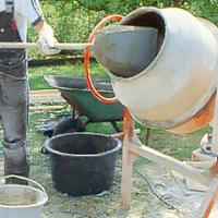Blanda cementen i cementblandare