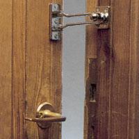Dörrspärren är betydligt tryggare än säkerhetskedjan.