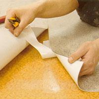 Vik försiktigt upp mattändarna och fixera plastmattan