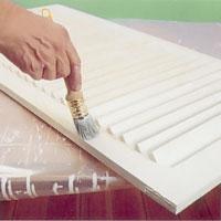Grundmåla först med Lasyr avsedd för utomhusbruk innan du täckmålar eller laserar med kulör.