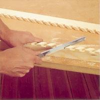 Använd en fil eller sandpapper och jämna till alla ojämnheter