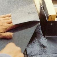 Klistra pappen över de nedre intäckningshörnen.