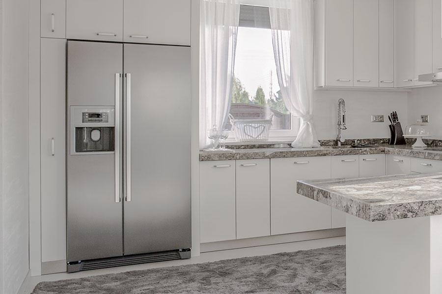 Kontrollera och töm kylskåpet på färskvaror