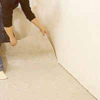 Lägg den första våden kant i kant med väggen.
