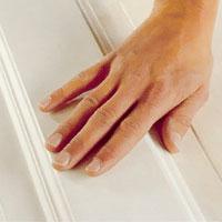Kontrollerar ytan med fingertopparna