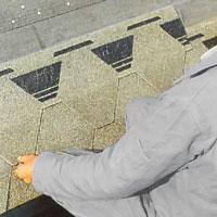 Ledspåren i shingelplattornas kanter underlättar den fortsatta läggningen