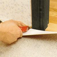 Gör ett lodrätt snitt i rätvinkel på vardera sidan om karmen.
