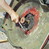 Lossa bottenpluggen till oljebehållaren.