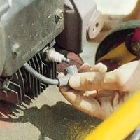 Lossa tändningskabeln och isolera tändstiftet.