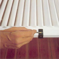 Måla skruvarna i samma färg innan du hänger upp fönsterluckorna