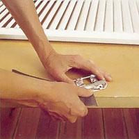 Slipa bort rost med slippapper avsedd för metall