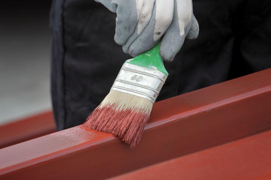 Målar med rostskyddsfärg på järn