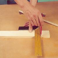 Mät och markera virkesbredden på kortsidans ändar.