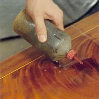 Möbelrenovering steg 15. När lacken hårdnat kan ytan våtslipas med fotogen och slippapper