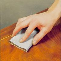 Möbelrenovering steg 16. Använd hela tiden flödigt med fotogen och slipa i träets längdriktning
