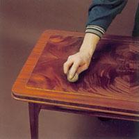 Möbelrenovering steg 25. fortsätt att bearbeta träet ända tills sudden är torr.