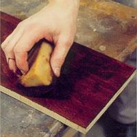 Möbelrenovering steg 6. Torka bort överflödiga färgrester från betsen
