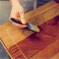Möbelrenovering steg 8. Lackera längs träets ådring