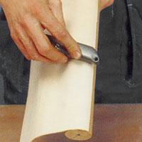 Pressa fast faneret med hjälp av t ex baksidan av en kniv.