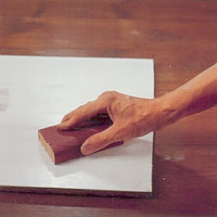 Rugga upp ytan med slippapper