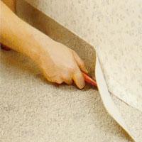 Skär en bit i taget och se till att plastmattan sluter tätt mot väggen.