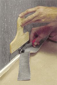 Skär med en vass kniv av våden nertill.