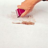 Skrapa bort all löst sittande färg.