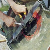 Använd en polygrip och skruva av rotorkniven.