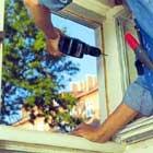 borra motsvarande stifthål i fönsterkarmen