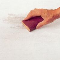 Slipa lagningen jämn med slippapper och kloss.