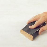Slipa ytan med fint slippapper tills ytan är helt jämn och fin.