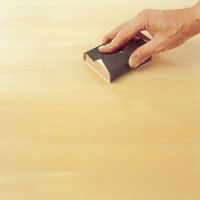 När första strykningen lack torkat ska du slipa lätt med mycket fint slippapper.